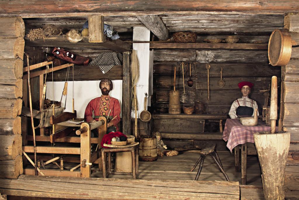 Реконструкция избы коми-пермяков. Хотя многие здесь живут так же и сегодня.