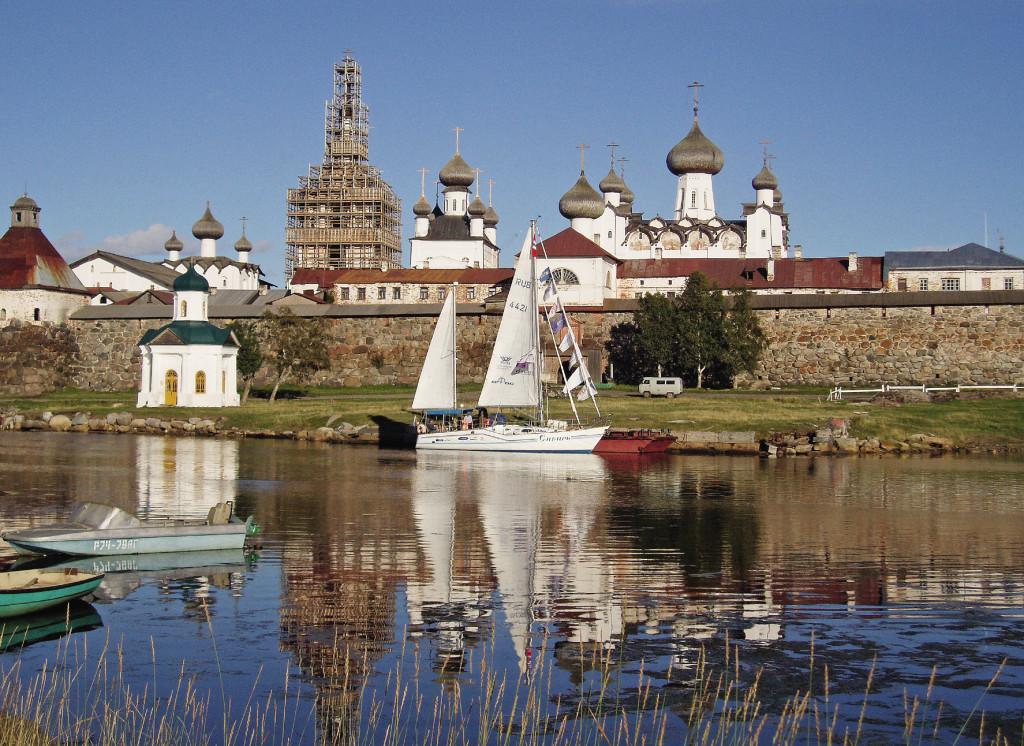 Члены кругосветки на парусной яхте «Сибирь» причалили к Соловецкому монастырю.
