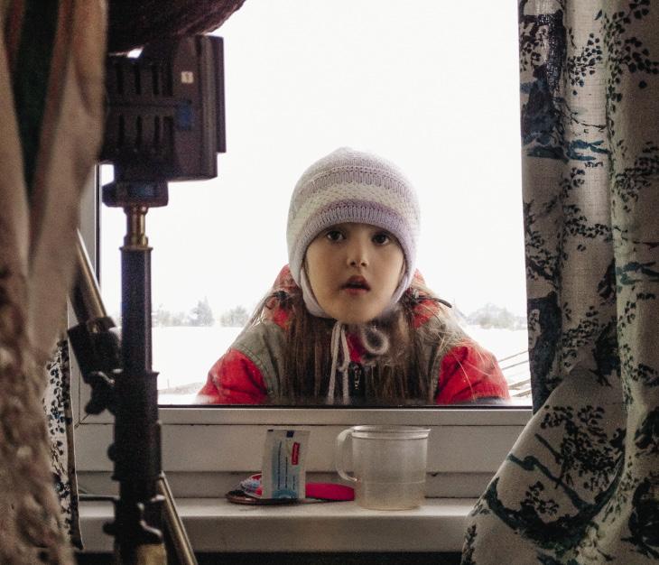 Местные детишки тоже хотят стать кинозвездами.