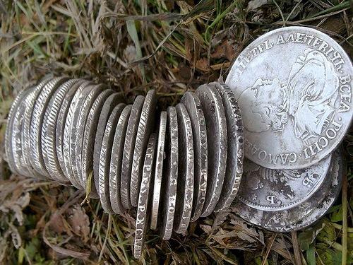 Клад царских рублей. Всего в кладе было порядка 30 монет номиналом один рубль, разных времен правлений царствующей России.
