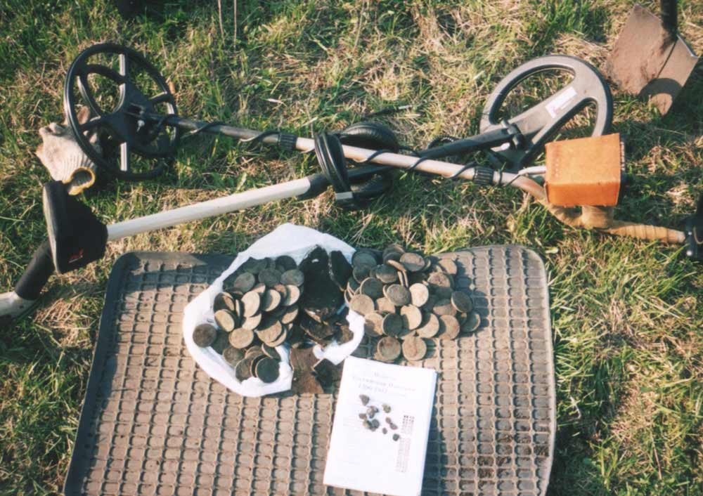 Прогресс подарил охотникам за сокровищами удобные приборы, способные различать скрытый в почве металл