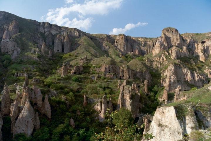 Посетители из разных стран приезжают в Хндзореск, чтобы посмотреть пещерный город, с древними церквями, надгробными плитами
