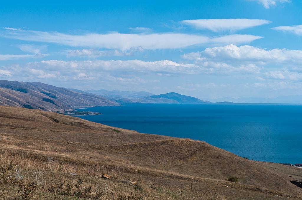 Озеро Севан – одно из самых больших пресноводных озер в мире