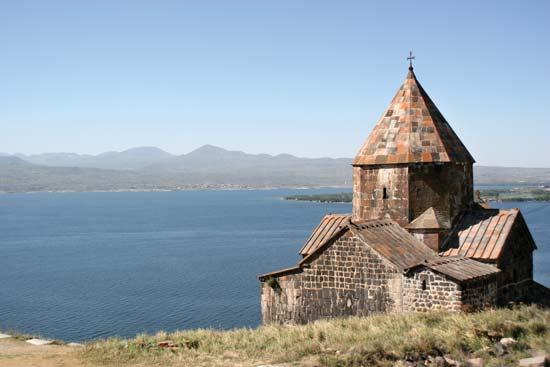 На севанском полуострове можно увидеть монастырь Севанаванк, основанный в 874 году
