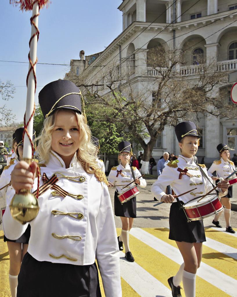 По улицам Севастополя в майские дни ходить можно было только пешком – они стали огромной единой площадкой для праздничных маршей. Севастополь. Крым