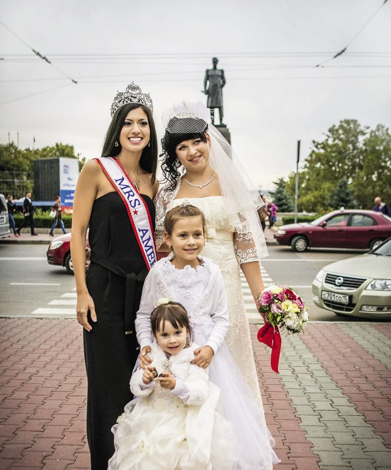 Мишель Эванс с удовольствием фотографировалась со всеми желающими на улицах города. Севастополь. Крым