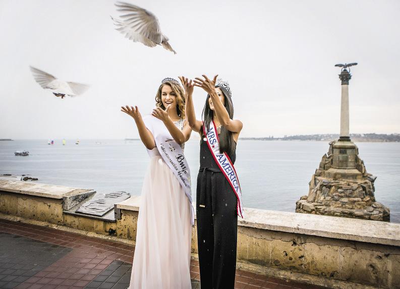 Светлана Сабати и Мишель Эванс выпускают белых голубей в знак мира и дружбы между Россией и США. Севастополь. Крым