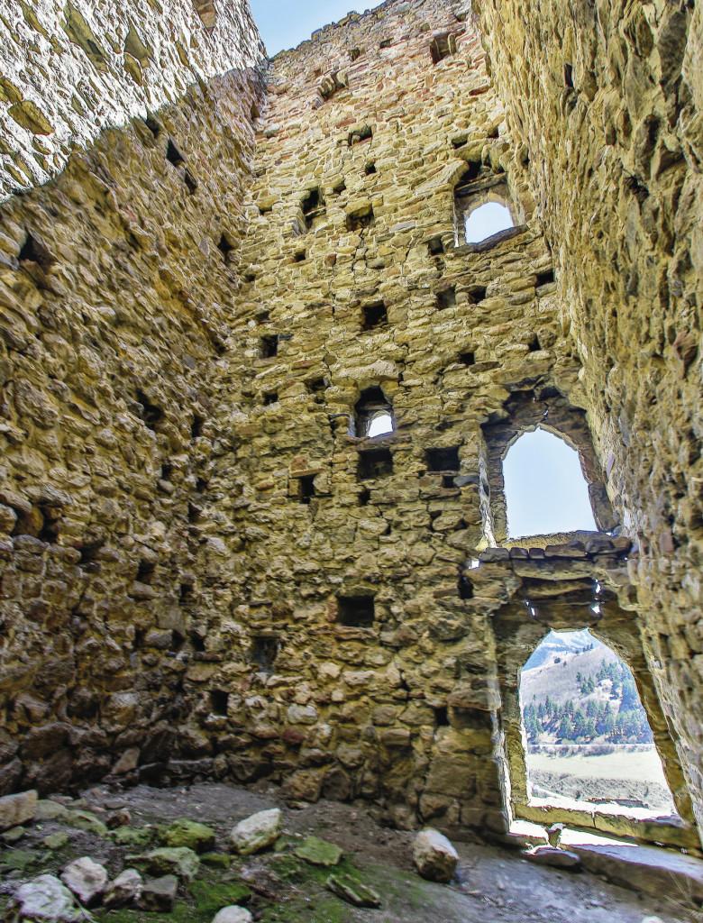 Внутри одной из башен комплекса Таргим. Когда-то эти башни были в несколько этажей, но время не пощадило даже камень. Республика Ингушетия