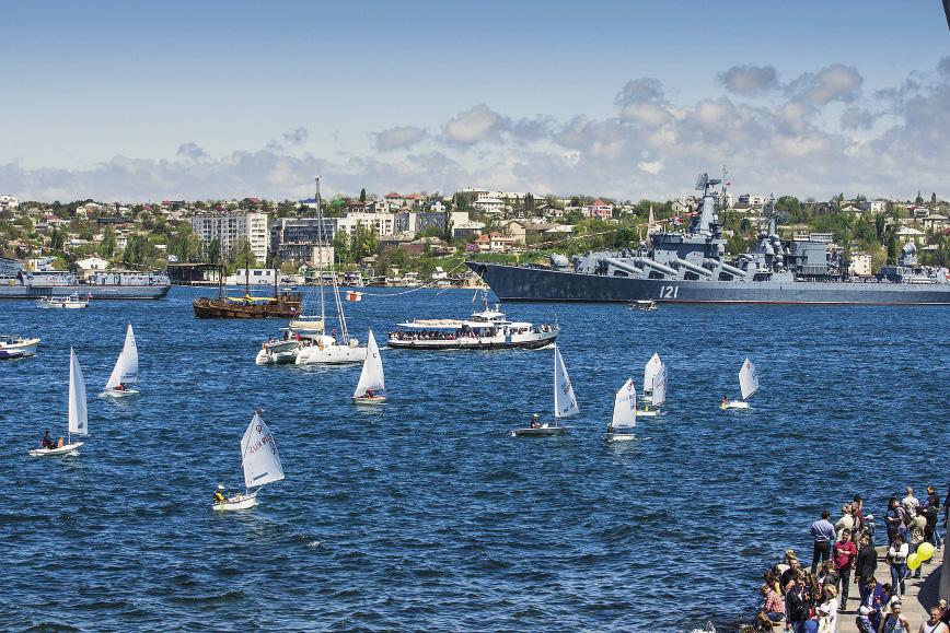 В знаменитой Севастопольской бухте яхтсмены открыли свой новый сезон. Севастополь. Крым