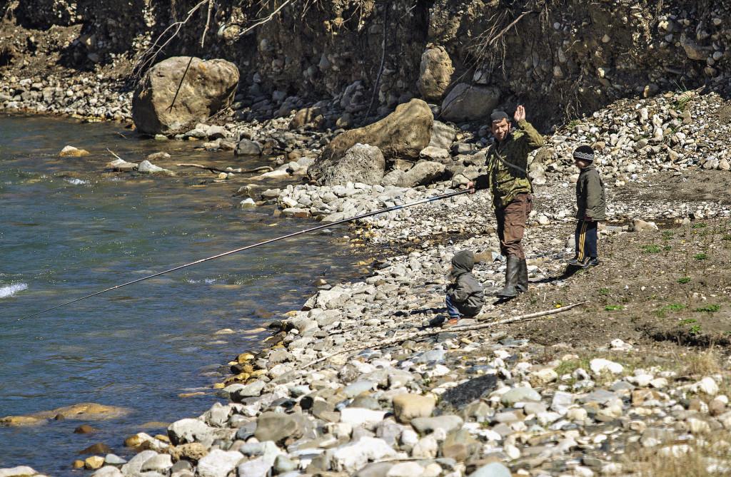 Здешние реки полны форели. Кто-то из местных жителей ловит ее для себя, кто-то возит на продажу. К такому важному занятию, как рыбная ловля, приучают с малолетства. Республика Ингушетия