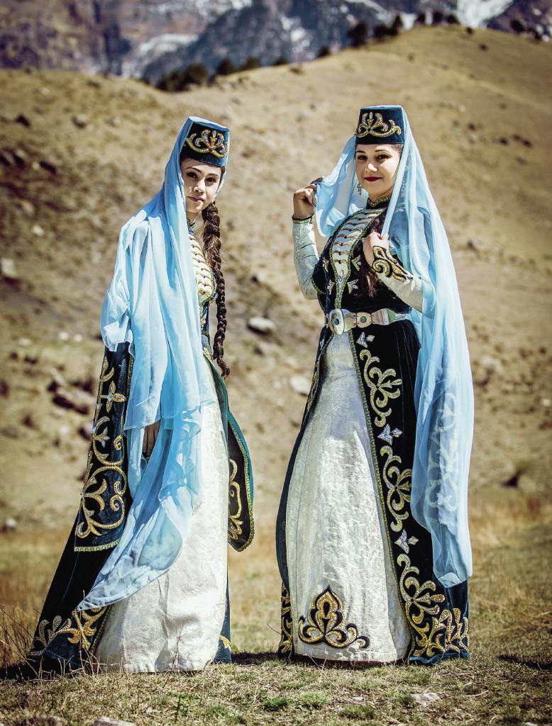Национальные наряды сочетают в себе строгость и изысканный восточный колорит. Местным девушкам эти платья к лицу. Республика Ингушетия