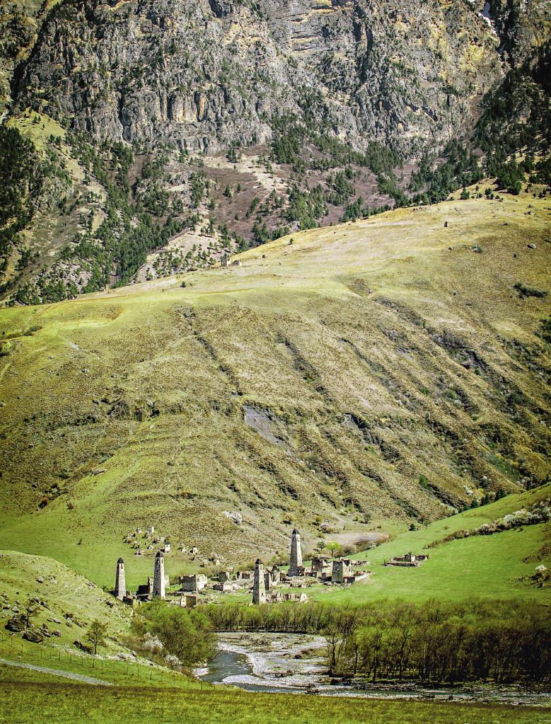 Таргим на фоне гор. Четыре башни подчеркивают, что когда-то здесь было четыре замка. Республика Ингушетия