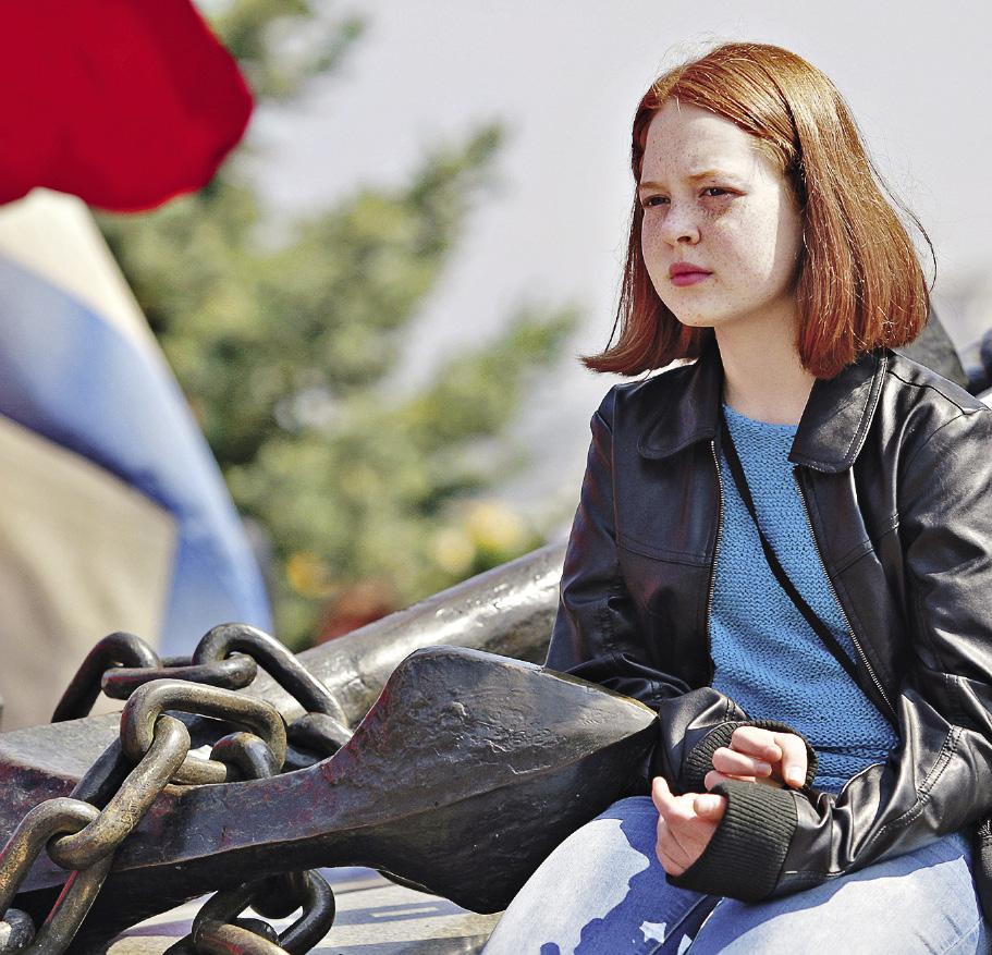 О чем мечтает эта севастопольская девушка? О байкере, который приедет к ней на модном мотоцикле марки Sexton, или о капитане, который приплывет на паруснике с алыми парусами? Севастополь. Крым