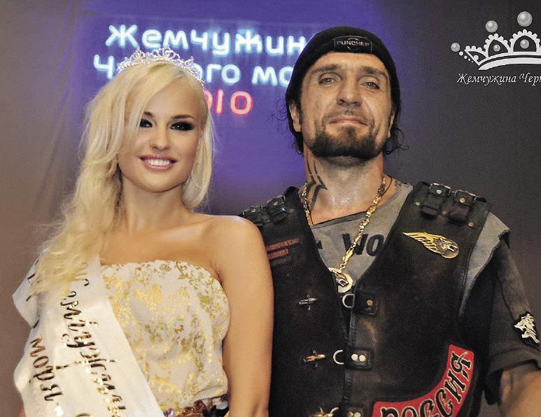 Александр Залдостанов (Хирург) особенно эффектно смотрится на фоне красивых женщин. Севастополь. Крым