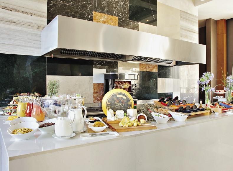 Завтрак в ресторане The Grill предусматривает шведский стол с большим выбором блюд. Сочи. Краснодарский край.