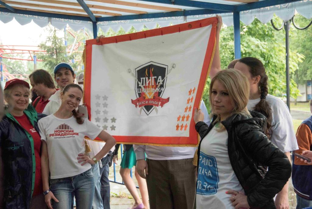 Под гимн фестиваля торжественно вынесен флаг «Лиги Шашлыка». Ярославская область