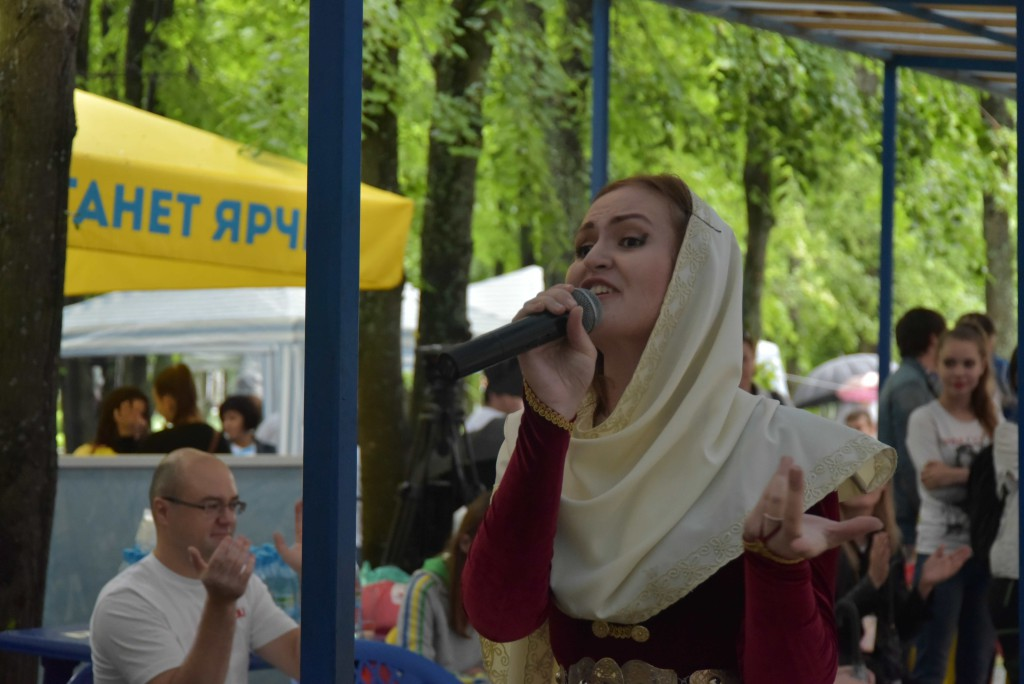 Русана Гасанова, представляющая на фестивале Лезгинскую национально-культурную автономию. Ярославская область
