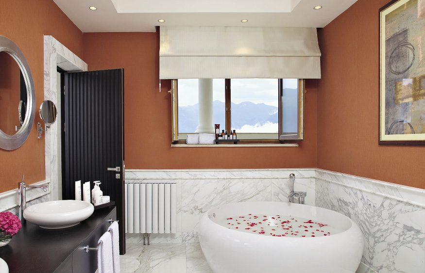 Ванная комната в люксе Solis Sochi Hotel сияет мрамором. Сочи. Краснодарский край.