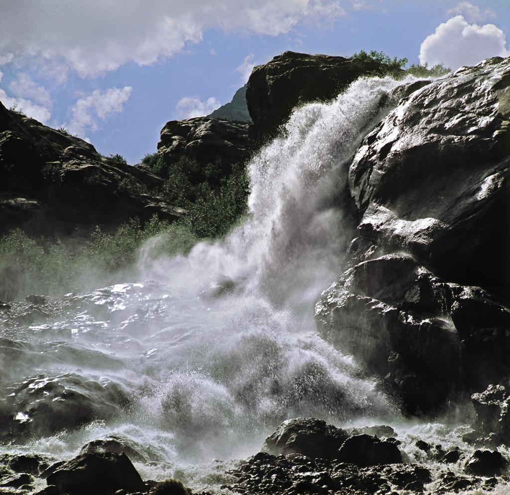 В начале своего течения река Теберда с ревом вырывается из ущелья Аманауз. Карачаево-Черкесия