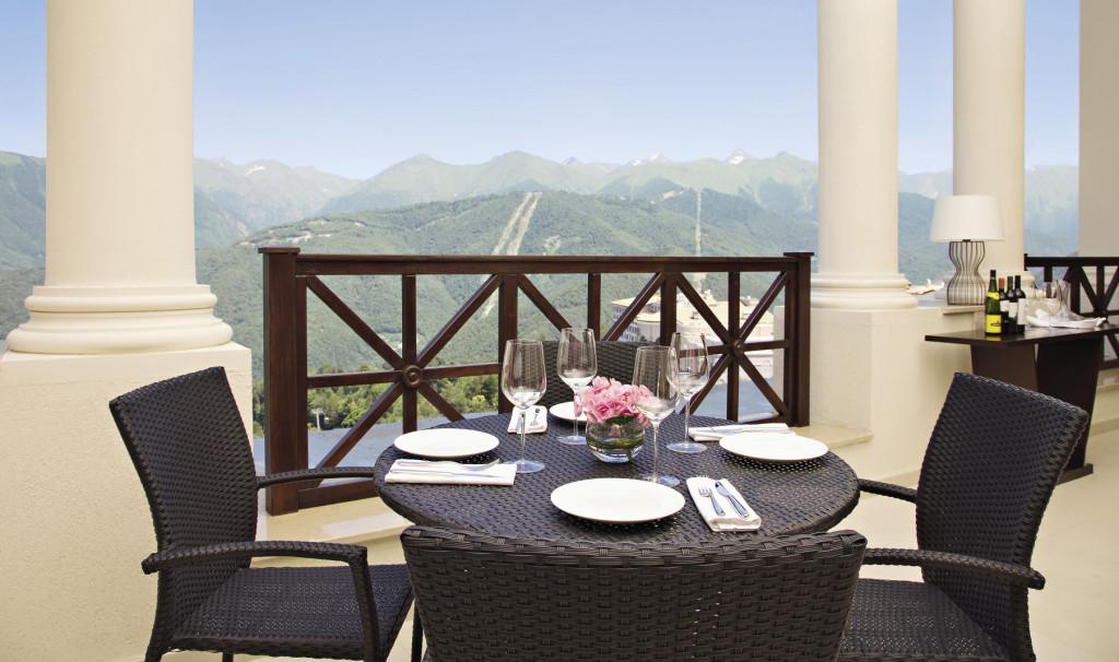В хорошую погоду обед или ужин в ресторане вам могут сервировать на террасе. Сочи. Краснодарский край.