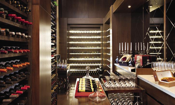 В ресторане The Grill есть винная комната с раритетными сортами. Сочи. Краснодарский край.