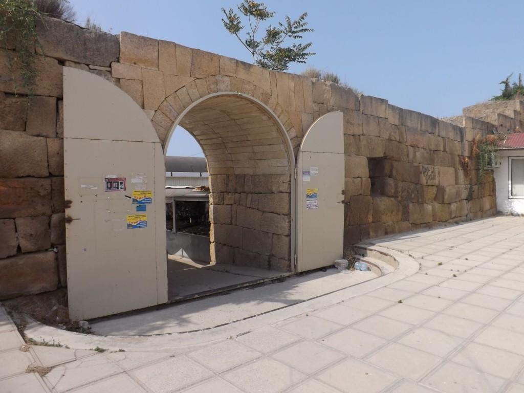 Реставраторы прорубили в стене новые ворота