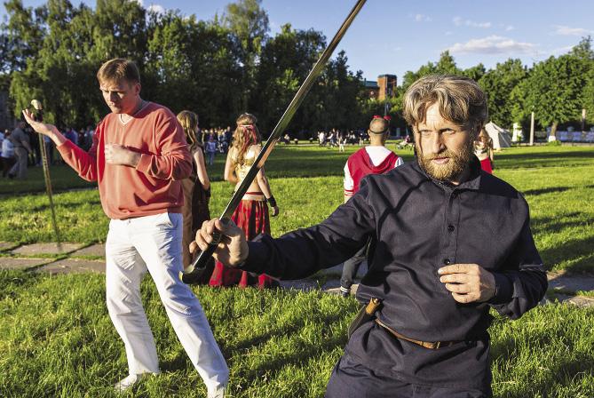 На Красной площади Переславля иногда можно поупражняться в обращении с мечом. Ярославская область