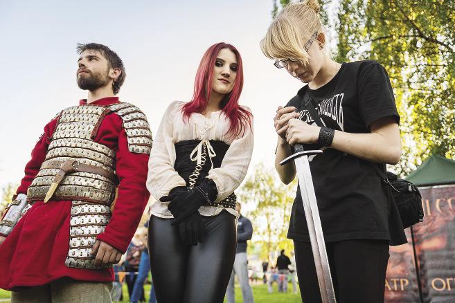 Современные красны девицы тоже не прочь вооружиться, даже когда рядом настоящий ратник. Ярославская область