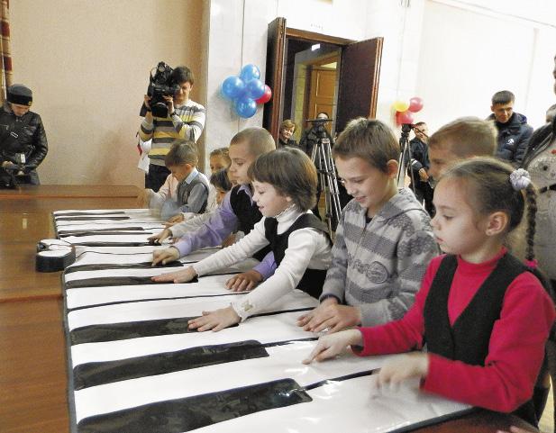 Дети с удовольствием поиграли в двенадцать рук на гигантском надувном пианино. Волгоградская область