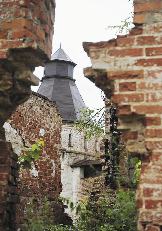 Вид на башню Северной стены Борисоглебского мужского монастыря. Ярославская область