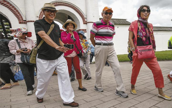 Количество туристов из Азии, посетивших Россию в 2015 году, увеличилось в 2,5 раза. Туристы в музее-заповеднике «Коломенское». Москва
