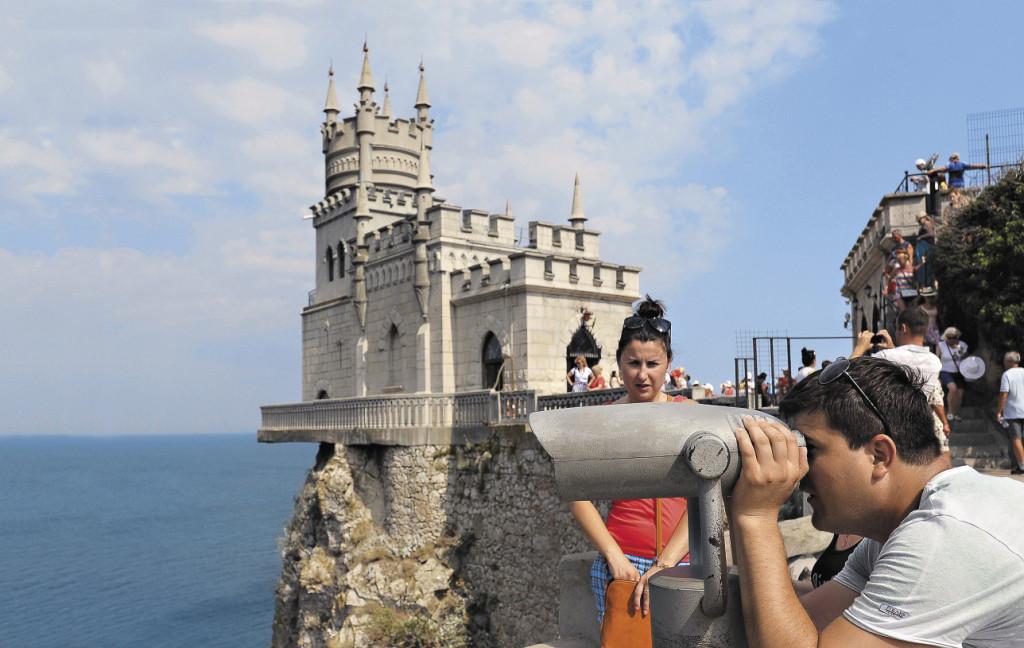 Тысячи людей едут в Крым полюбоваться знаменитым Ласточкиным гнездом.. Крым