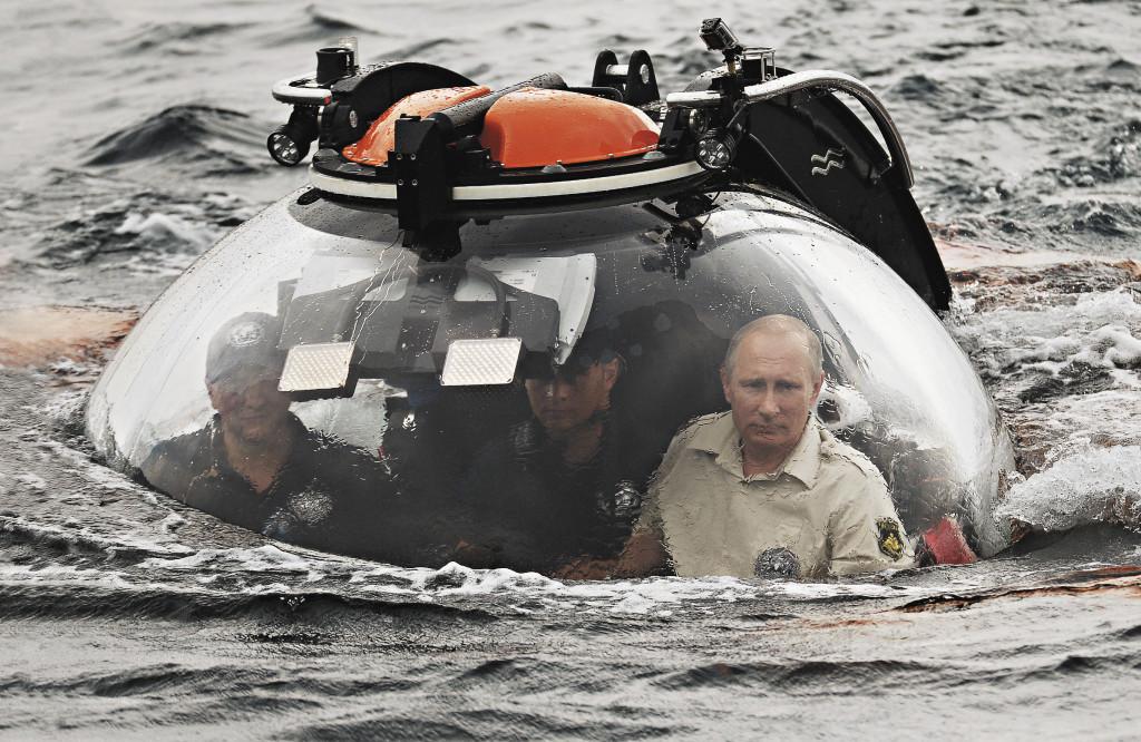 Если бы существовал титул «Путешественник № 1», то его, без условно, присудили бы Владимиру Путину. Он путешествует по России не переставая, на своем примере показы- вая, насколько она разнообразна и интересна. «Страна у нас не только очень большая по территории, она очень красивая. Она красива не только своими природными богатствами – в первую очередь, и это самое главное наше достояние, она красива людьми», – сказал президент.