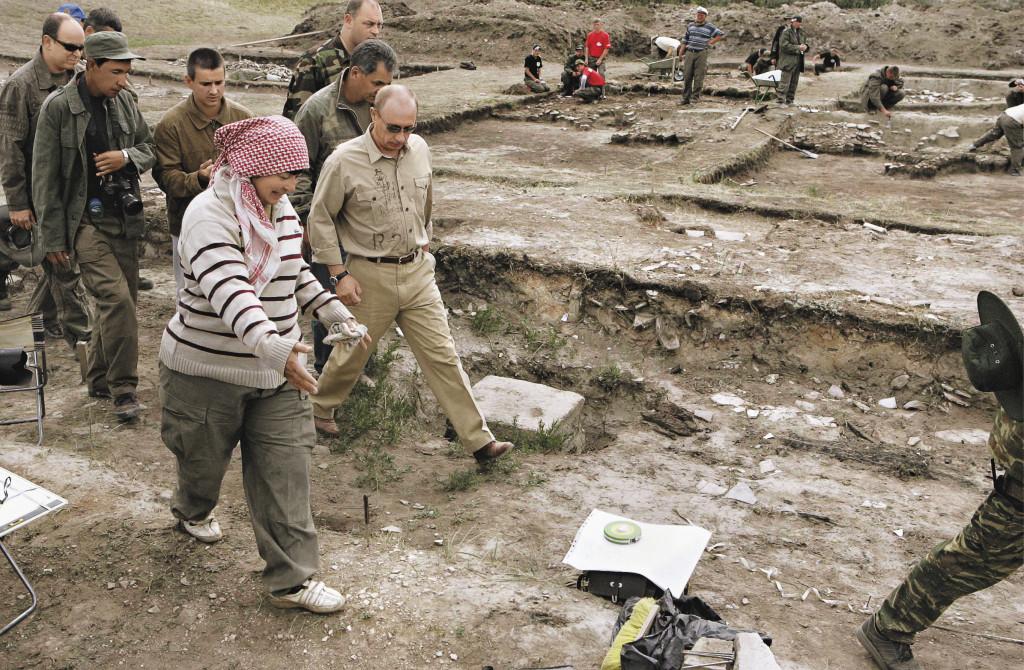 В составе большой делегации, в которой участвовал и князь Монако Альбер II (крайний слева), Путин посетил раскопки крепости Пор Бажын. Республика Тыва