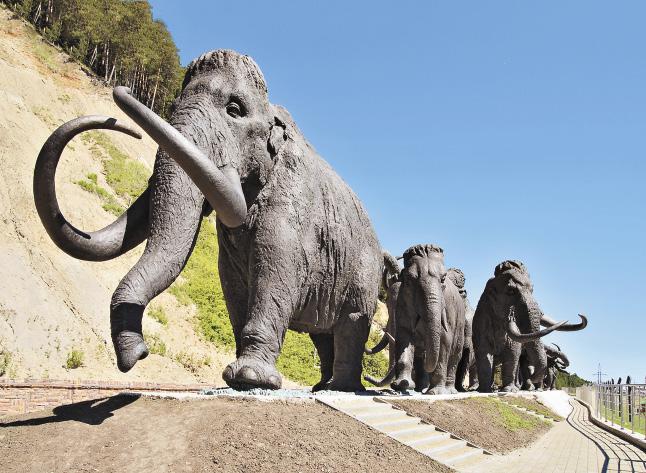 «Археопарк» – уникальный комплекс, где собраны бронзовые скульптуры обитателей каменного века. Югра. Ханты-Мансийский автономный округ