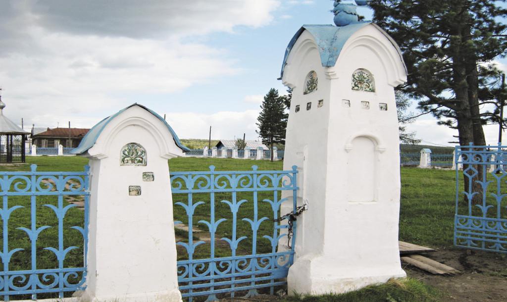 По преданию, изразцовые вставки ограды мемориального парка вокруг ямы Михаила Романова расписывал сам Васнецов. Пермский край