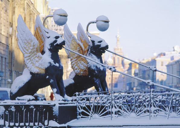 За Казанским собором, недалеко от отеля, находится Банковский мостик, охраняемый златокрылыми львами.. Санкт-Петербург