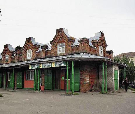 В старинных купеческих зданиях сегодня размещаются магазины. Кашин. Тверская область