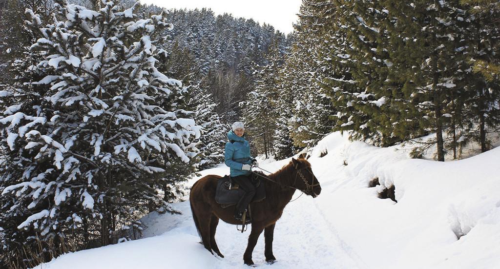 Зимой Белокуриха привлекает любителей катания на лыжах, санках – и лошадях…