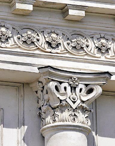 В обрамлении колонн тоже можно встретить «сердечные» завитки. Кашин. Тверская область