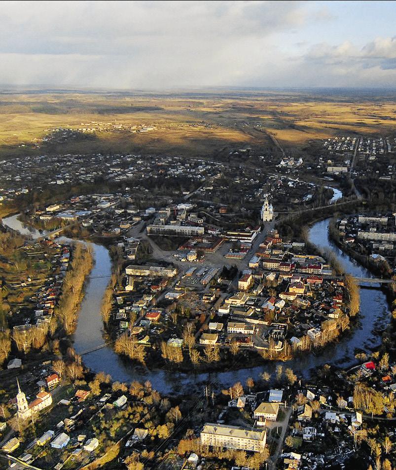 Река Кашинка делает изгиб в форме сердца, обрамляя исторический центр города. Кашин. Тверская область