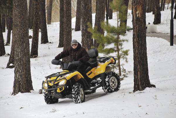 А некоторые предпочитают рассекать снежную целину на квадроциклах. Алтайский край