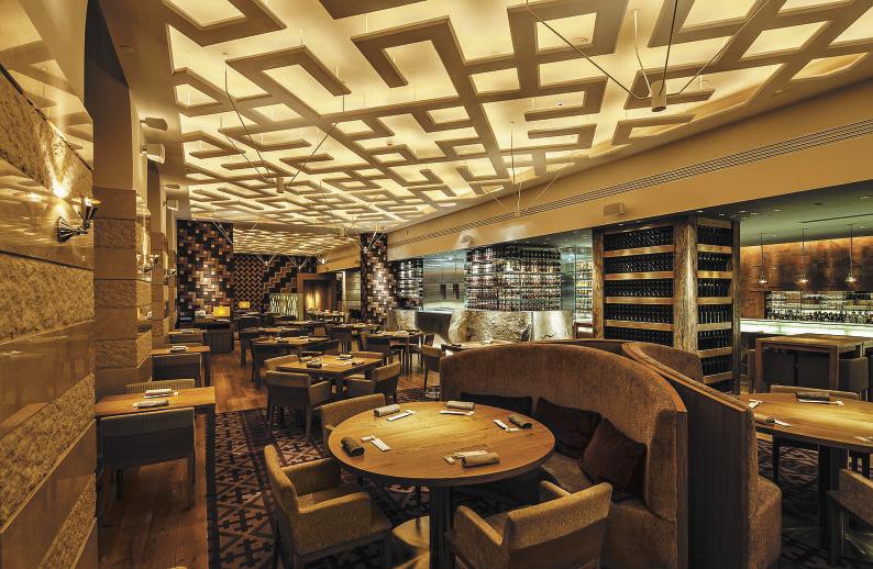 Дизайн ресторана AZIA в янтарных тонах выполнен японским архитектурным бюро.. Санкт-Петербург