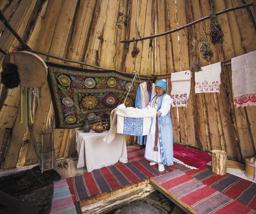 На женской стороне аила расположены предметы для рукоделия и люлька с ребенком. Алтайский край