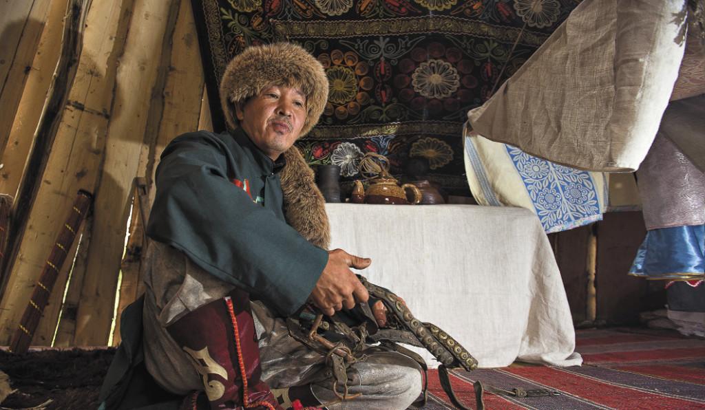 Аил делится на мужскую и женскую половины, на мужской хранится оружие и сбруя. Алтайский край