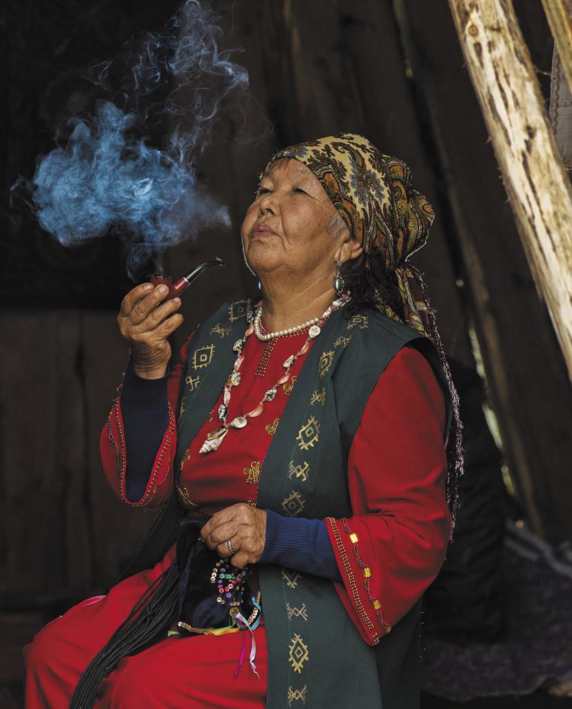 В старину кумандинцы встречали гостей обрядом раскуривания трубки. Алтайский край