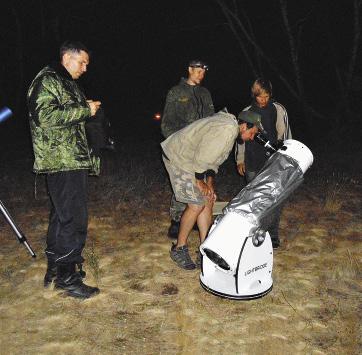 Специалисты из организации «Космопоиск» готовят телескоп для наблюдений Луны.