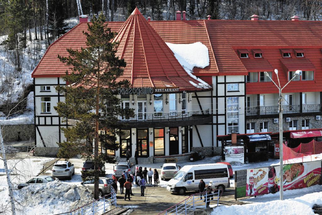 Горнолыжников встречают у склонов уютные домики гостиниц – таких как «Благодать». Алтайский край