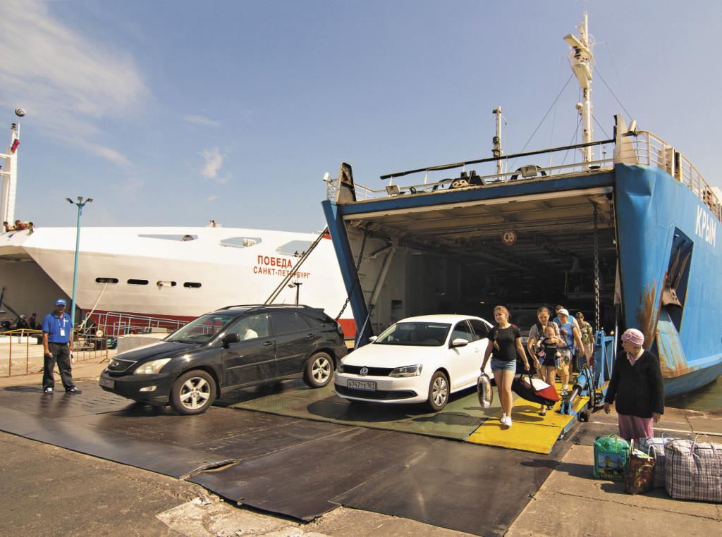 На Керченской переправе безостановочно трудятся паромы, способные перевозить сотни автомобилей и более тысячи пассажиров. Республика Крым