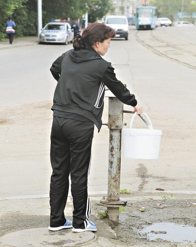 Многие жители до сих пор вынуждены ходить за водой к уличным колонкам. Иркутская область